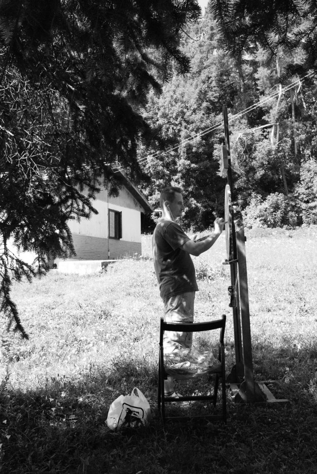 Zoltán Béla paiting in plein-air. Photo credit Justinian Scărlătescu